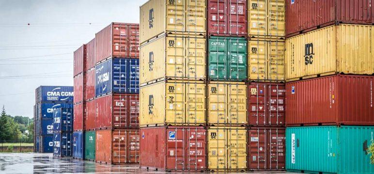 Containeroverslag in de haven voor duurzaam vervoer